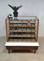 Vintage toonbank winkelvitrine industrial display counter