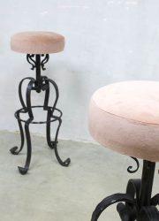vintage kruk krukken velours velvet stool barstool pink metal