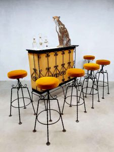 Vintage French cocktail bar & barstools luxury velvet barkrukken