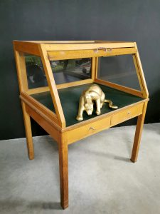 Vintage display cabinet showcase toonbank vitrinekast