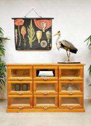 Industrial display cabinet Industriële vintage school ladekast vitrinekast
